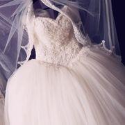 verschiedene Abendkleider und Brautkleider