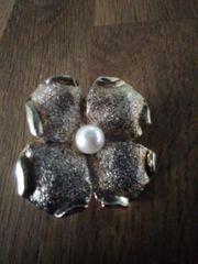 Brosche mit Perle
