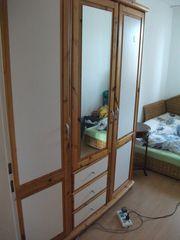 Kleiderschrank aus Massivholz