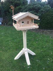 Vogelfutterhaus aus Lärchenholz mit Ständer