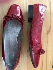 Schuhe rot und blau Gr