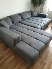 L-Sofa mit elektischem Auszug