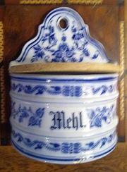 Antikes Wandgefäß mit blauem Zwiebelmuster