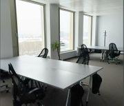 Moderne und neue Büroräume Arbeitsplätze