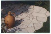 Quarzitplatten polygonal weiß-gräulich mittlere Sortierung