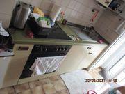 Küche mit E- Herd Kühlschrank