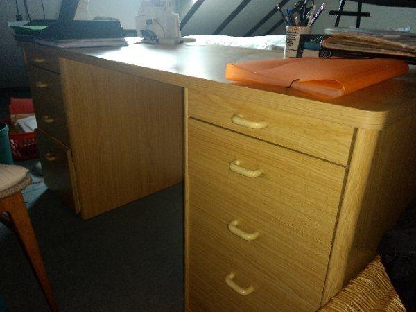 massiver Schreibtisch zu verschenken