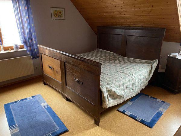 Schlafzimmerbett und Schlafzimmerschrank in Eiche