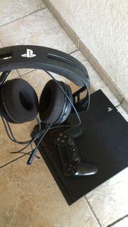 PS4 mit Controller und PS-Headset