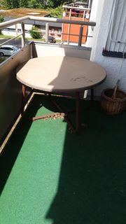Kleiner Gartentisch ohne Zubehör zu