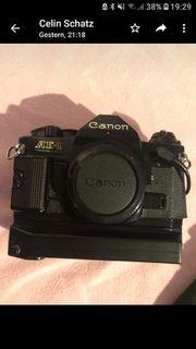 Canon AE-1 Spiegelreflexkamera mit viel