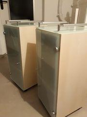 Zwei Badezimmer-Beistellschränke auf Rollen