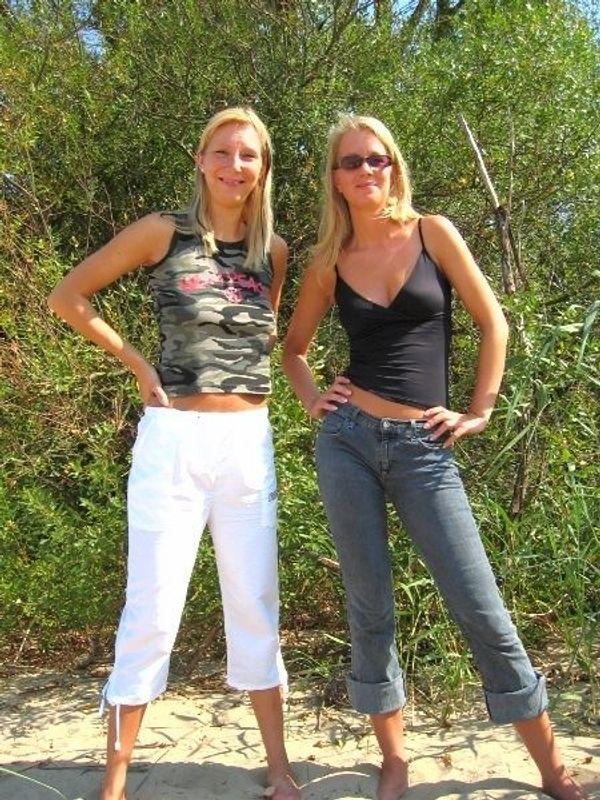 Zwei sexy Blondinen verkaufen ihre