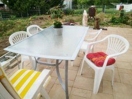 Gartenmöbel - 4 Stapelstühle Kunststoff weiß sehr