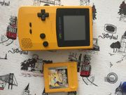 Gameboy Color mit Pikachu Spiel