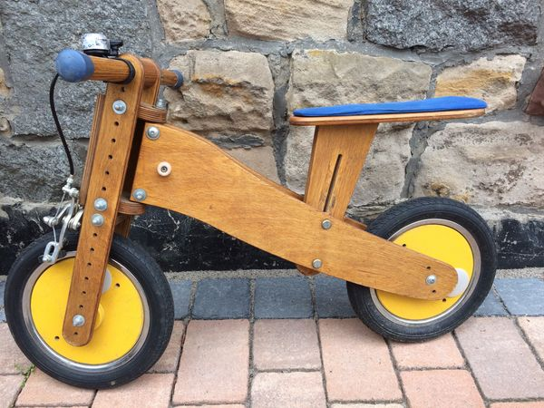 Massives Holz-Laufrad der Marke Pedo-Bike