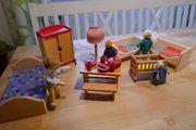 Neuwertige Puppenhausfiguren und -möbel aus Holz