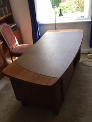 Massiver Schreibtisch aus edlem Holz