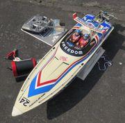 RC-Rennboot mit Außenbord-Verbrennermotor u Fernsteuerung
