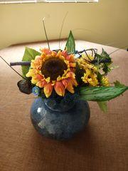 Vase mit Kunstblumen Strauß