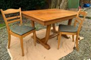 Massivholz - Tisch mit 2 Stühlen