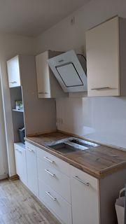 Zwei moderne Küchenzeilen mit Dunstabzugshaube