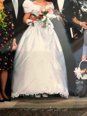 Brautkleid mit Schleppe