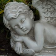 Figur Engel schlafend liegend mit