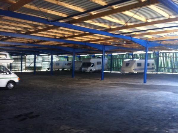 Überdachter Stellplatz für Wohnwagen Wohnmobil