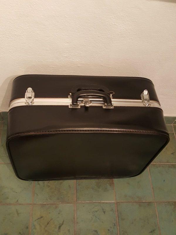 Schöner älterer Koffer schwarz von