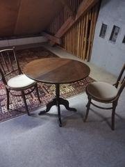 Runder Tisch mit vier Sessel