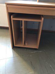Schreibtisch mit Aufbau und Computerschrank