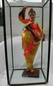 Asiatische Tempeltänzerin Trommlerin in Glasvitrine