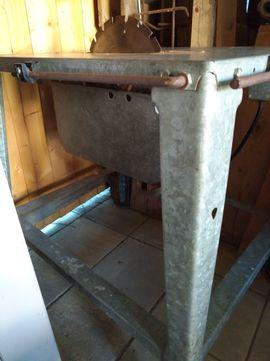 Geräte, Maschinen - Ältere Tisch-Kreissäge mit Sägeblatt Gestell