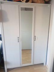 Weißer Kleiderschrank mit Spiegel