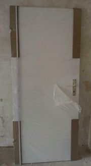 Zwei original verpackte Zimmertüren weiss