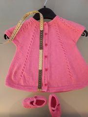 Gestrickte Babykleid mit Schuhe Handarbeit