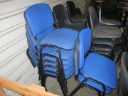8 Stühle mit blauer Polsterung