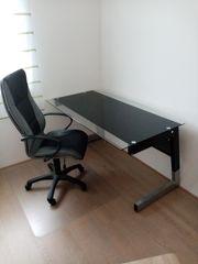 Glasschreibtisch mit Bürostuhl