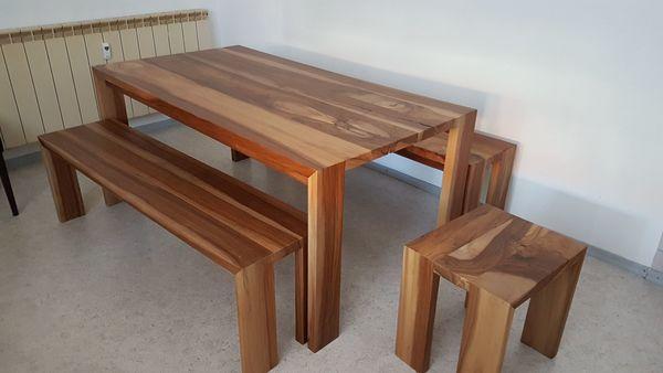 Tisch mit Sitzbänken und Hocker