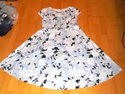 Neuwertiges blaues Kleid mit weißlichen