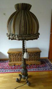 Riesige Geschnitzte Stehlampe aus Holz