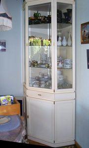 Vintage Eckvitrinenschrank weiß- goldfarbig links