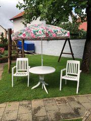 Sonnenschirm und 2 Stühle