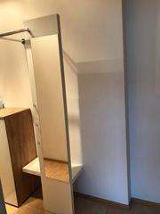 Weiße Wandgarderobe mit Spiegel zu
