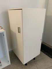 kostenloser Küchenschrank für Einbaukühlschrank oder