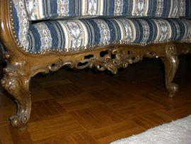 Sonstige Möbel antiquarisch - Barocker handgeschnitzter Dreisitzer mit Tisch