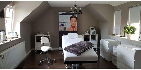 Exklusive Kosmetik- Wellness - Massageliege voll