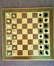 Schachbrett Holz mit Figuren