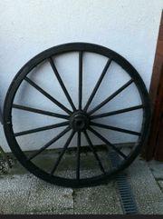 altes Kutschenrad Holzrad mit Eisenbeschlag